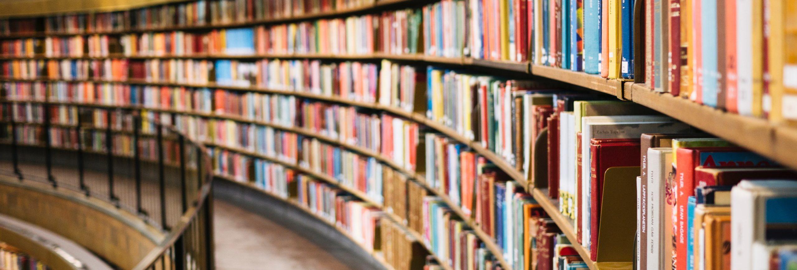 Shelfs full of books in a library ©Susan Yin, unsplash.com
