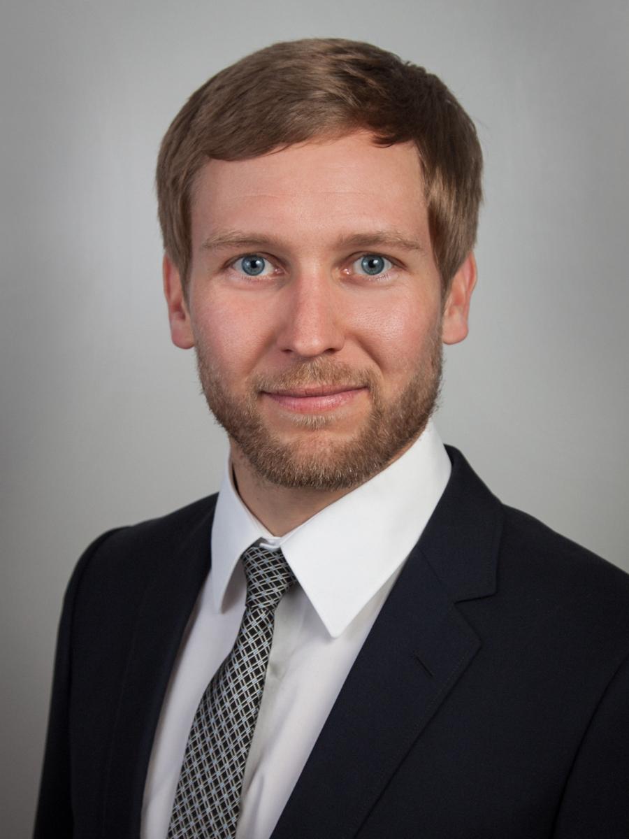 Portrait photo of Dr. Bernhard Waltl